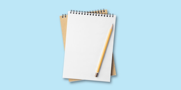 Bloco de notas em branco, bloco de notas em espiral na mesa, lista de tarefas, lápis plano com bloco de notas