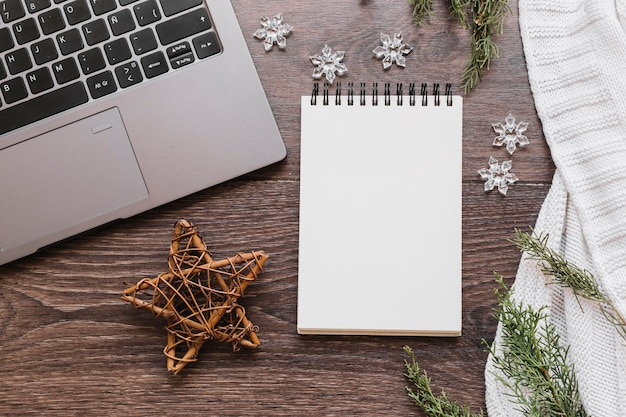 Bloco de notas em branco com estrela de madeira na mesa