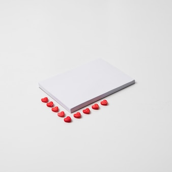 Bloco de notas em branco com pequenos corações