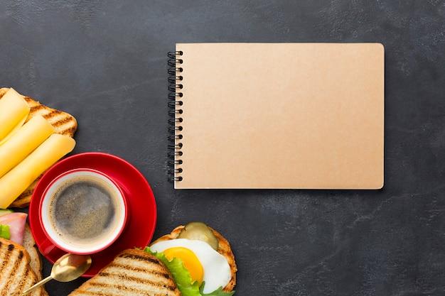 Bloco de notas em branco e almoço saboroso