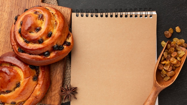 Bloco de notas em branco e bagels doces