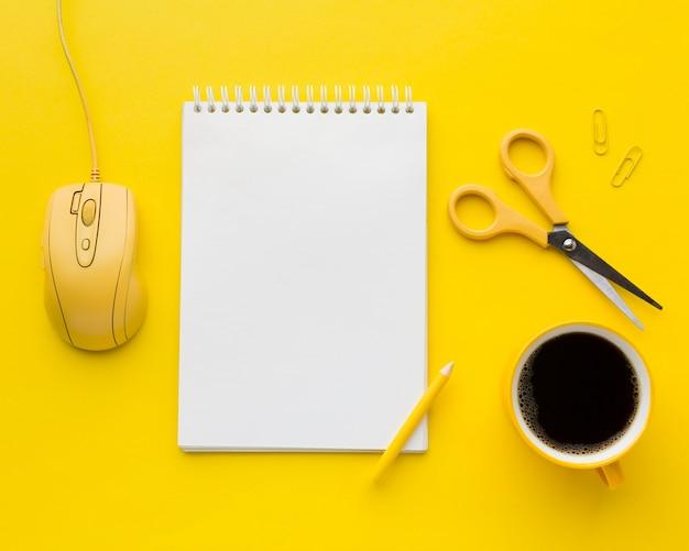 Bloco de notas em branco e mouse de computador