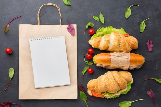 Bloco de notas em branco e sanduíches saudáveis