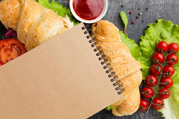 Bloco de notas em branco em sanduíches