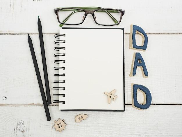 Bloco de notas em branco para parabéns do pai