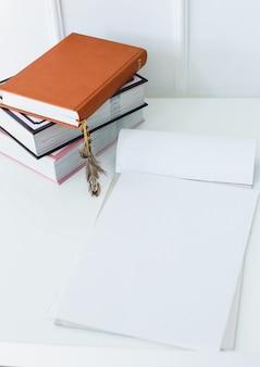 Bloco de notas em cima da mesa