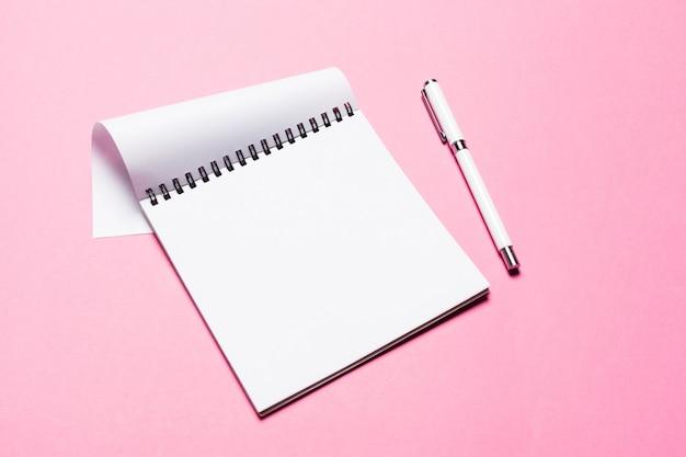 Bloco de notas em fundo rosa