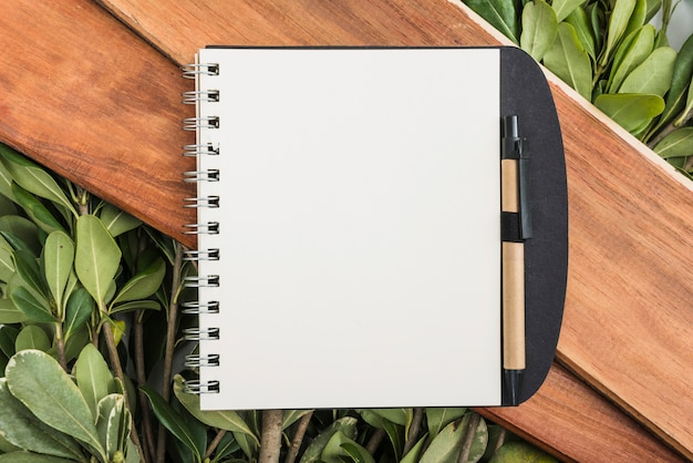 Bloco de notas em placas e plantas