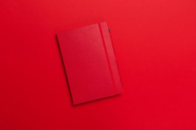 Bloco de notas em um fundo colorido brilhante, vista superior