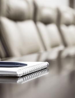 Bloco de notas em uma mesa em uma sala de conferências de negócios