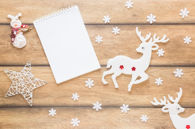 Bloco de notas entre cervos decorativos e estrela