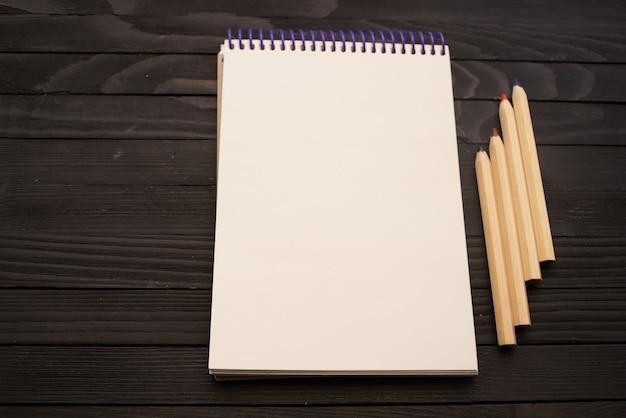 Bloco de notas ferramentas para desenho a lápis mesa de madeira