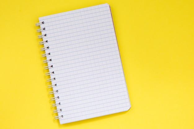 Bloco de notas limpo em branco para escrever