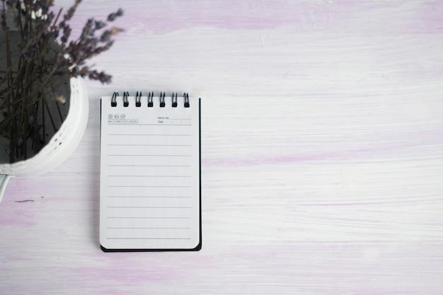 Bloco de notas na mesa com copyspace