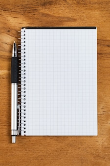 Bloco de notas na mesa com uma caneta