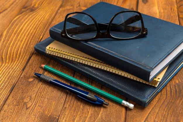 Bloco de notas na mesa de madeira de escritório