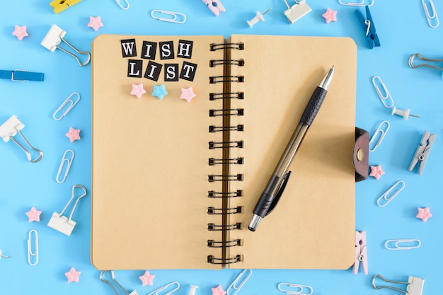 Bloco de notas nas molas com uma lista de desejos de inscrição.