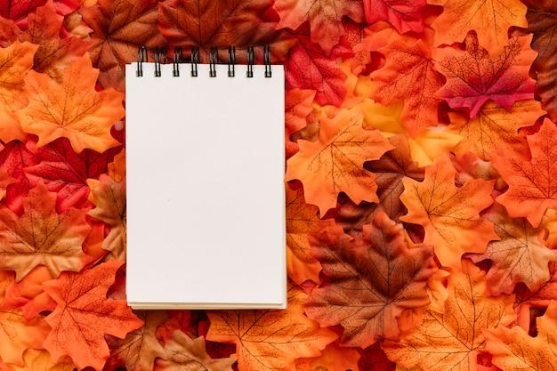 Bloco de notas no outono folhas fundo