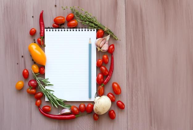 Bloco de notas para escrever receitas com legumes frescos.