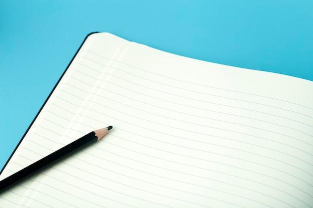 Bloco de notas para notas adesivas na área de trabalho. conceito de área de trabalho, gerenciamento e tempo de escritório.
