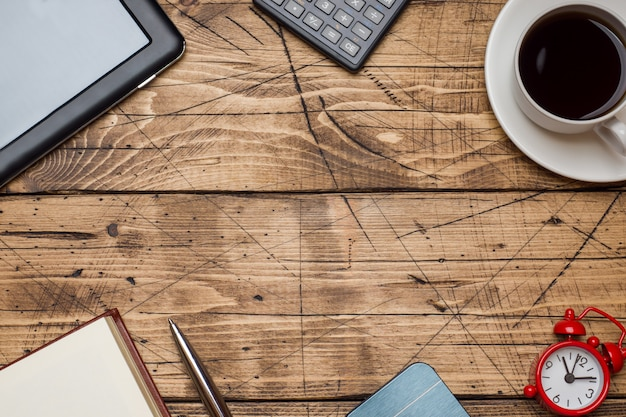 Bloco de notas para texto e xícara de café sobre fundo de madeira