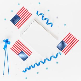Bloco de notas pequenas bandeiras americanas e decoração do feriado