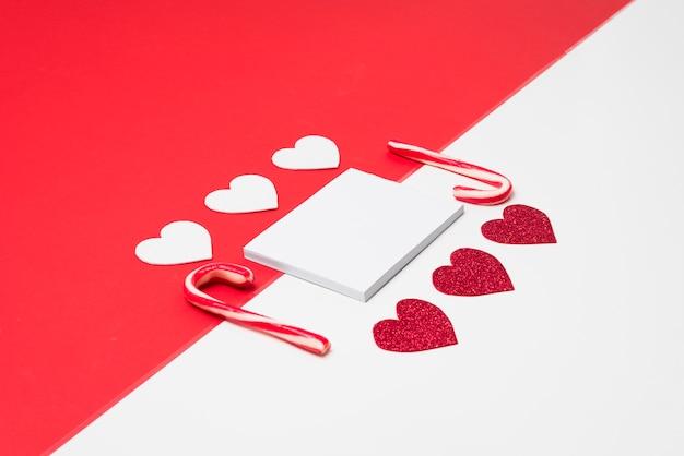 Bloco de notas pequeno com corações de papel