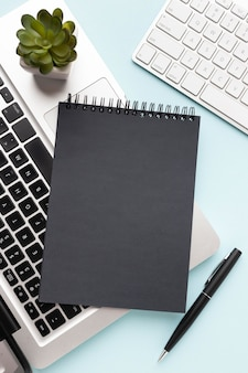 Bloco de notas preto no teclado do laptop