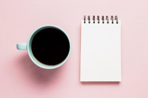Bloco de notas simulado com xícara de café