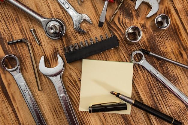 Bloco de notas vazio cercando um conjunto de ferramentas de construção