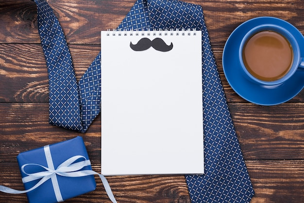 Bloco de notas vazio com bigode dia dos pais