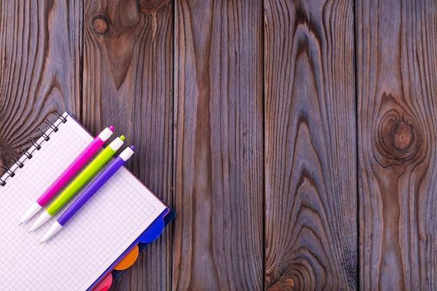 Bloco de notas vazio na superfície de madeira
