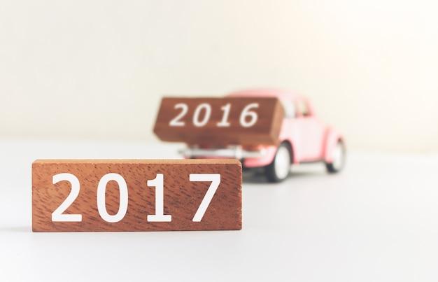 Bloco de número de madeira conceito 2017 e 2016 no carro, com efeito antiquado vintage