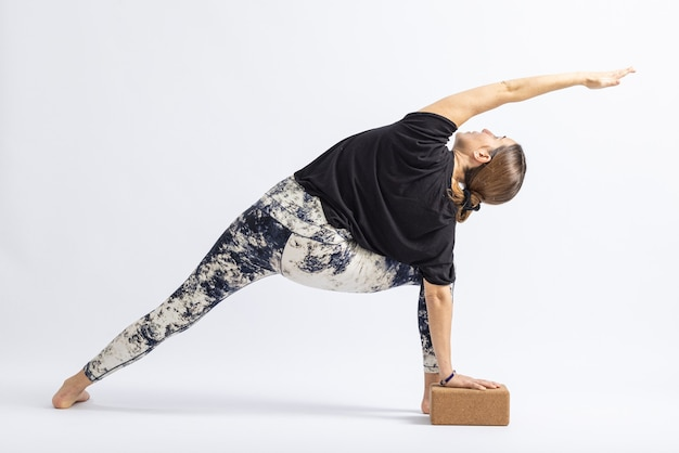 Bloco de pose de ângulo lateral estendido. postura de ioga ..