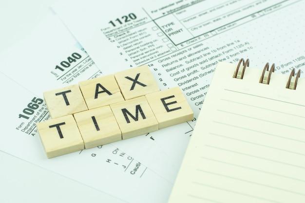 Bloco de texto de texto tax time com formulário de imposto nos eua