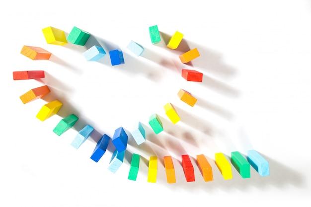 Bloco do símbolo do coração dos dominós de gay isolado no fundo branco.