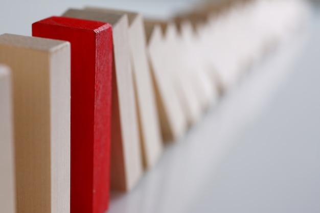 Bloco vermelho em uma linha com blocos de madeira