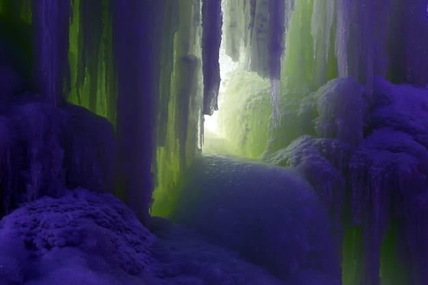 Blocos congelados de estalactites de gelo