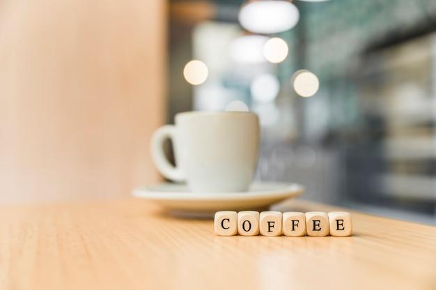 Blocos cúbicos de café com café na mesa de madeira