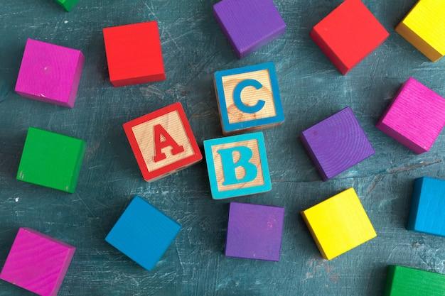 Blocos de alfabeto abc na mesa de madeira
