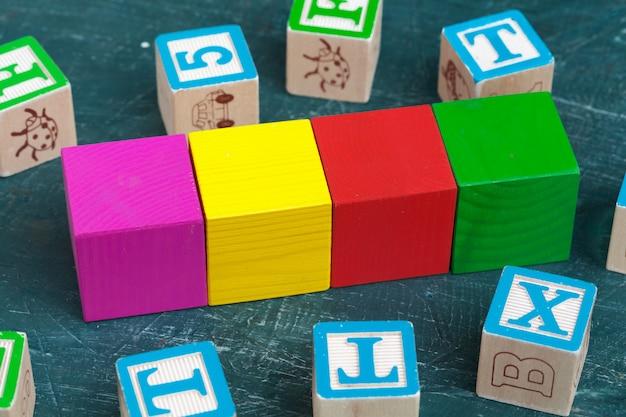 Blocos de alfabeto na mesa de madeira.
