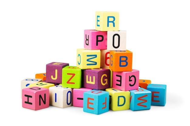 Blocos de brinquedo coloridos com letras em fundo branco