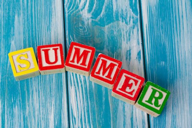 Blocos de brinquedo de madeira com a palavra verão