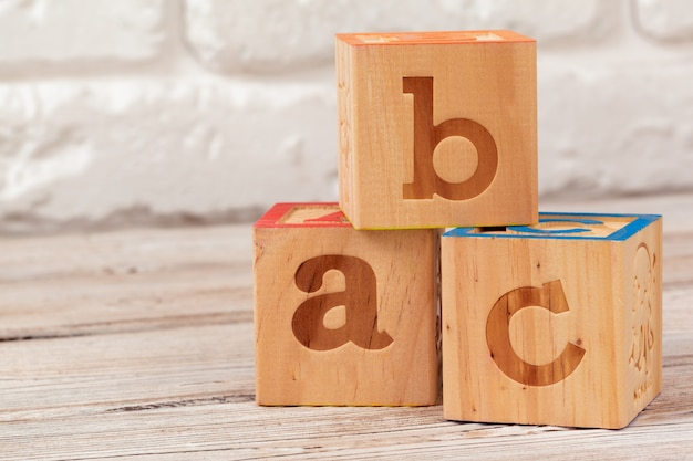 Blocos de brinquedo de madeira com o texto, abc