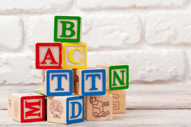Blocos de brinquedo de madeira com o texto: abc