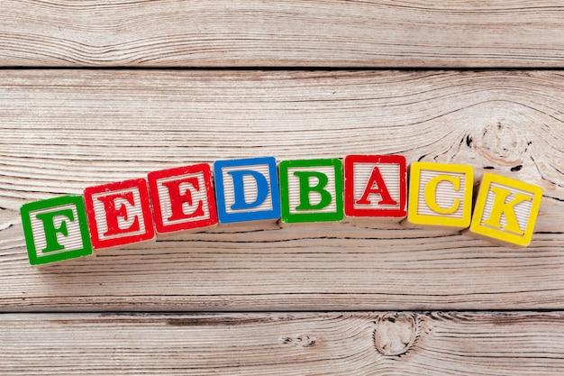 Blocos de brinquedo de madeira com o texto: feedback