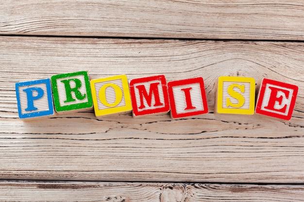 Blocos de brinquedo de madeira com o texto: promessa