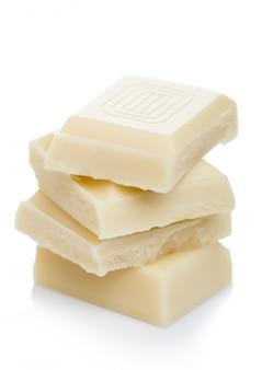 Blocos de chocolate branco isolados no branco.