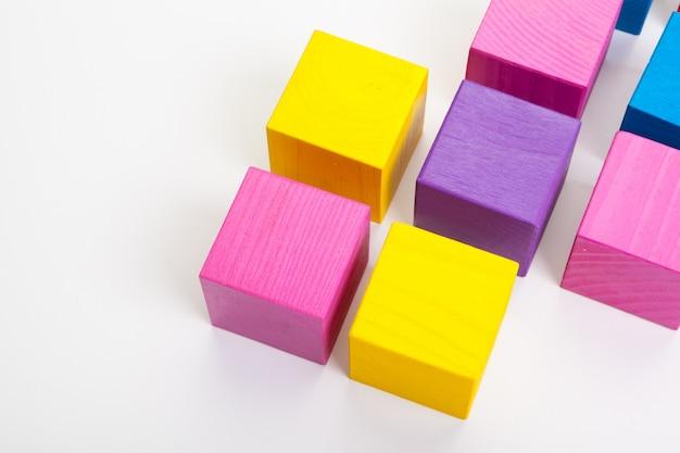 Blocos de construção de madeira coloridos isolados no fundo branco