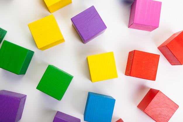Blocos de construção de madeira coloridos